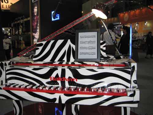 造型具有创意的吉他 奇特的飞机造型的钢琴引来无数观众驻足 试弹全