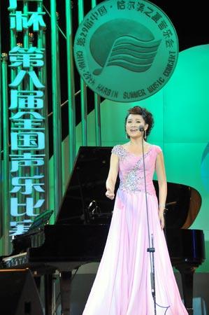 选手吴静在决赛中演唱《咏梅》-第八届全国声乐比赛在哈落幕