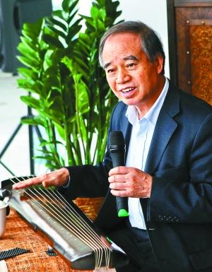 家里买了收音机,他第一次从广播中收听到琴箫合奏的古琴曲《关山月》