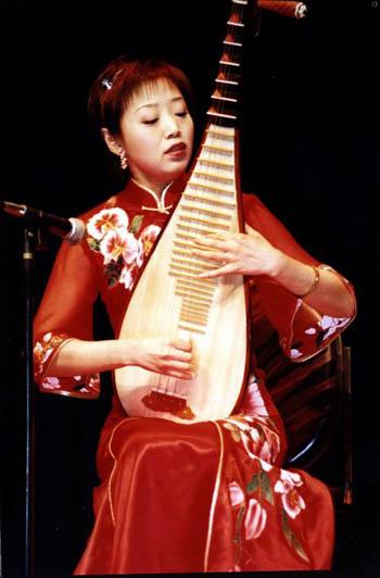 中国民族管弦乐学会会员,从师于我国著名琵琶艺术大师刘德海教授.