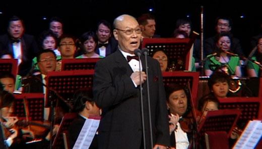 2011年2月13日晚,共产党像太阳 照到哪里哪里亮2011北京新春民族音乐会暨庆祝中国共产党成立九十周年大型民族音乐会在人民大会堂如约唱响,老中青三代歌唱家同台献艺,为党放歌、为北京喝彩、为祖国祝福。  音乐会现场   这场音乐会集民族特色和革命传统为一体,汇集了深受观众喜爱的演唱家刘秉义、谷文月、王丽达、常思思、高宝利等人。晚会在著名指挥家、北京音乐家协会主席谭利华的指挥下,以一首交响曲《激情燃烧的岁月》拉开了序幕。   由著名原生态歌手高宝利演唱的《有吃有穿》把人们带进了延安大生产运动时激