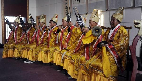 10月30日,在河北固安县屈家营村,屈家营古乐乐手正在演奏。   屈家营古乐是一种吹奏、打击乐,始创于元明之际,演奏乐器有管、笛、笙、云锣等传统乐器,其记谱方式用古代工尺谱,历代保留至今。屈家营古乐与西安仿唐乐舞、湖北编钟乐、北京智化寺音乐并称为我国四大古乐,是中国音乐的活化石。新华社发(王晓摄)