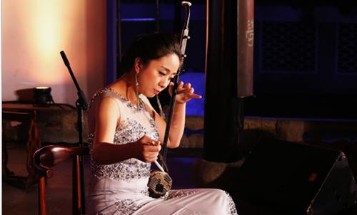 湖南省歌舞剧院的演员周涵表演的《春到湘江》,穿云裂石的笛声