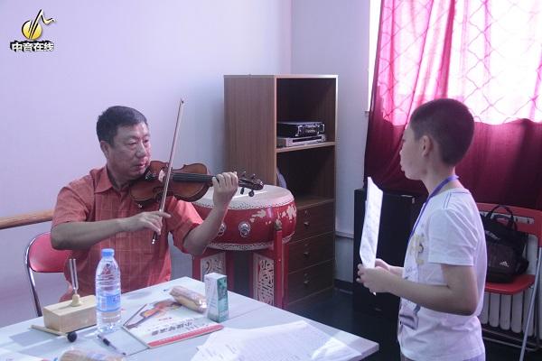 小提琴老师调弦.jpg