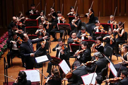 国庆68周年音乐会 名家欢聚齐颂祖国华诞 2017年9月30日讯,在国庆节来临之前,由北京市委市政府主办、国家大剧院承办的国庆68周年音乐会昨晚在大剧院音乐厅举行。著名指挥家谭利华带领北京交响乐团,携手吴碧霞、陈悦等歌唱家,为现场观众带来了一台极具中国风情的精彩音乐会。  在谭利华的指挥下,北京交响乐团以一曲宏伟庄严的管弦乐《红旗颂》拉开了整场音乐会的序幕。这首由吕其明创作于1965年的作品以红旗为主题,表现了中国人民在红旗的指引下英勇奋斗的革命气概,热情讴歌了伟大祖国蒸蒸日上的繁荣景象,几十年来常演不衰